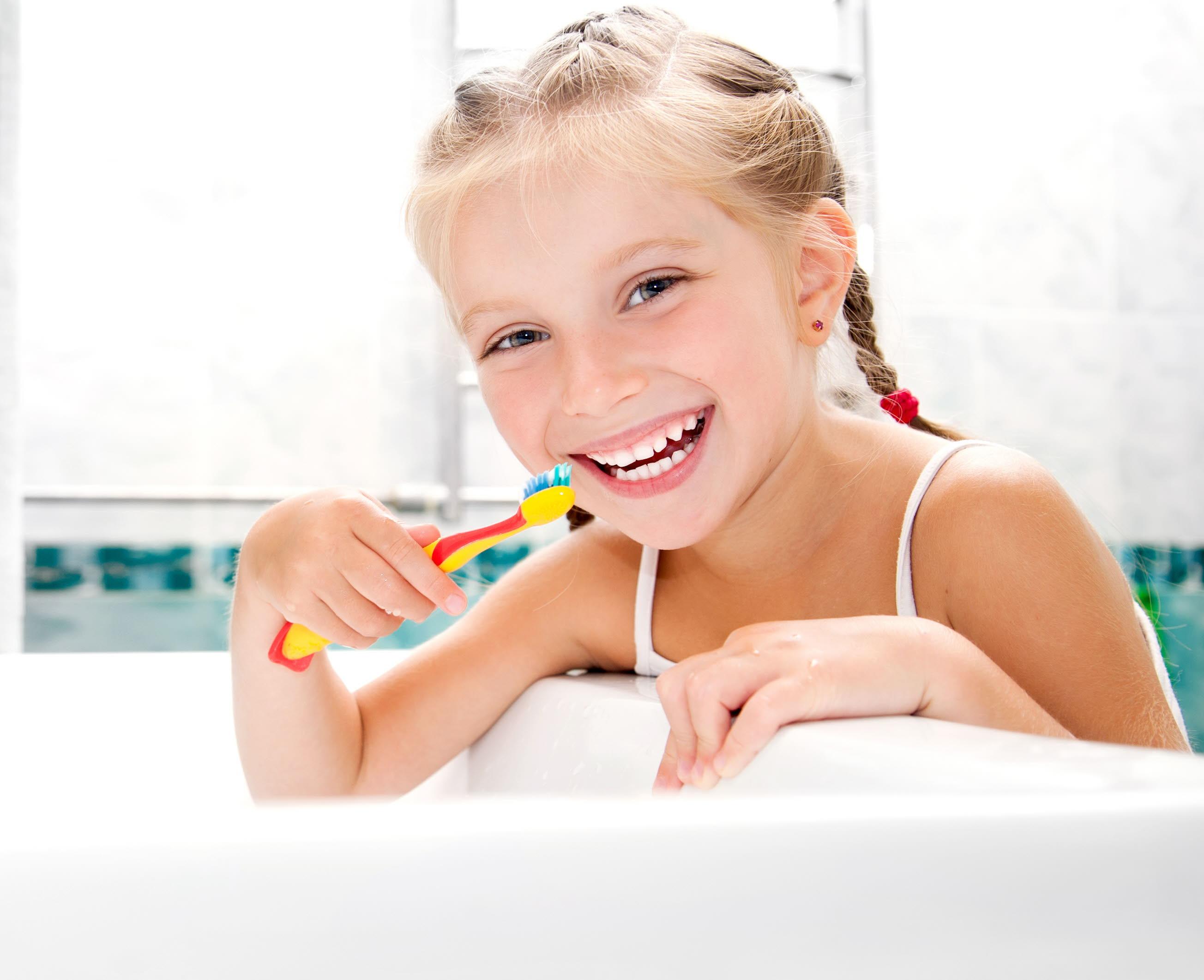 ¿Sabes cómo cuidar los dientes de tu hijo? Médicos, dentistas y farmacéuticos alaveses te lo explican