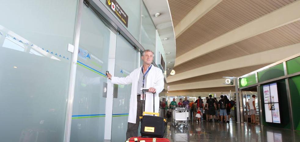Una empleada del aeropuerto salva la vida a un hombre que sufrió un infarto en Loiu