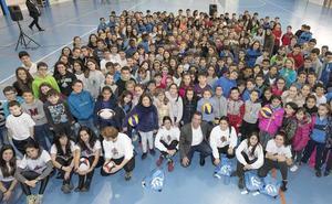 280 escolares vitorianos reciben dos masterclass para fomentar la igualdad en el deporte