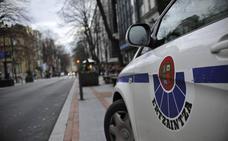 Interceptan a dos ladrones que se dieron a la fuga en un coche robado tras desvalijar un bar en Vitoria