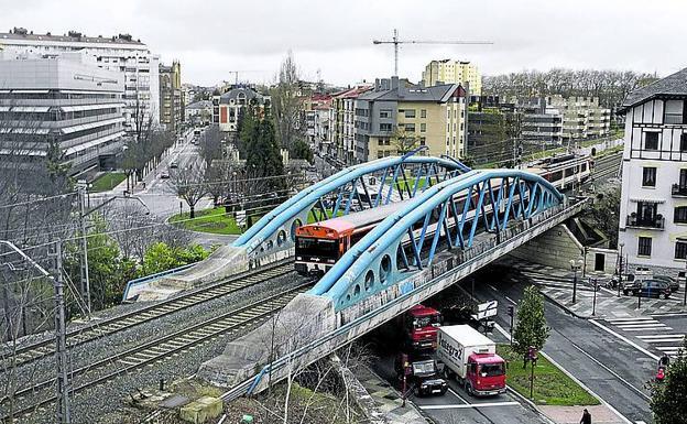 El puente azul, que podría mantenerse para el tranvía.