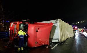Vuelca un camión en Zaratamo y obliga a cortar la carretera BI-625 en dirección Arrigorriaga