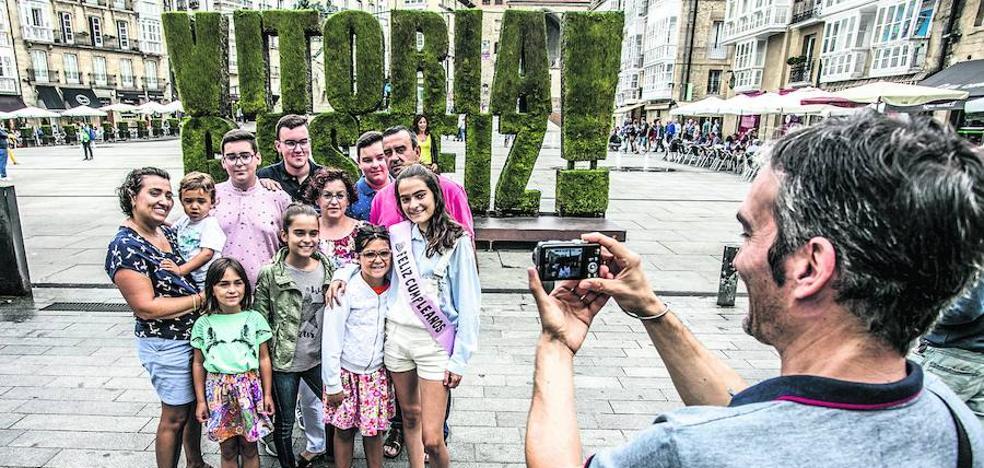 Los turistas se estancan en Álava, pero se quedan un poco más