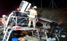 Rescatado un conductor que había quedado atrapado al volcar su camión en la AP-68, en Kuartango