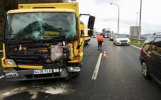 Un choque de camiones en la intersección de dos autopistas en Basauri provoca fuertes retenciones
