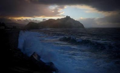 Los aguaceros dejan paso al viento y el oleaje