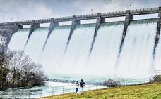 El pantano recibe en dos días más agua de la que Vitoria necesita en un año