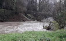La falta de limpieza de un río en Areatza aisla a una familia en días de lluvia torrencial