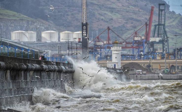 Rachas de vientos y fuerte oleaje azotan la costa vasca