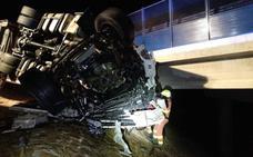 Un fallecido al volcar dos camiones por el viento en Valencia
