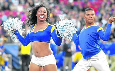 Dos hombres en las cheerleaders de la 'Super Bowl'