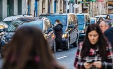 El plan contra las dobles filas plantea 'parkings exprés' vigilados con cámaras en seis colegios