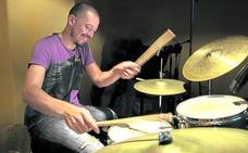 Un cáncer le dejó sordo, pero logró su sueño: ser batería de jazz