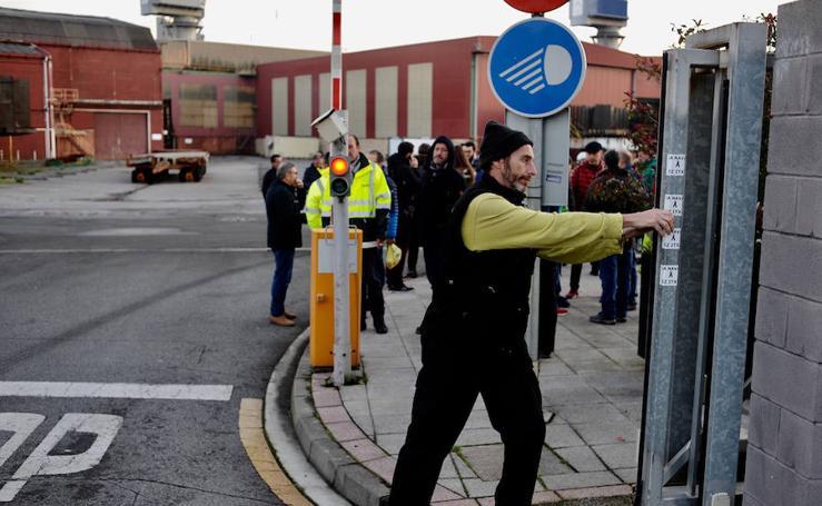 Los trabajadores de La Naval parten en dos autobuses a Madrid para protestar ante el Congreso