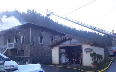 Herido un hombre de 87 años en un incendio desatado en un caserío de Zeberio