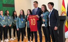 Pedro Sánchez homenajea a las campeonas mundiales sub-17