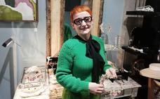 Anita Ribbon, diseñadora de tocados y pamelas: «En Euskadi pecamos de no querer ir demasiado guapas»