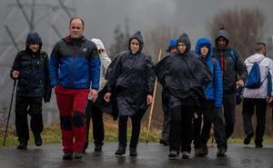 Cientos de personas desafían la lluvia por Santa Águeda en Cruces
