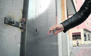 Vecinos de Bilbao La Vieja instalan puertas anti-okupa, rejas y cámaras contra las intrusiones