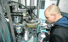 El disco de vinilo resucita en una fábrica de Urduliz