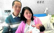 Xinyi, la niña que nació en un taxi en Leioa
