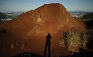 El paisaje lunar de la antigua balsa minera de Cadegal en Ortuella
