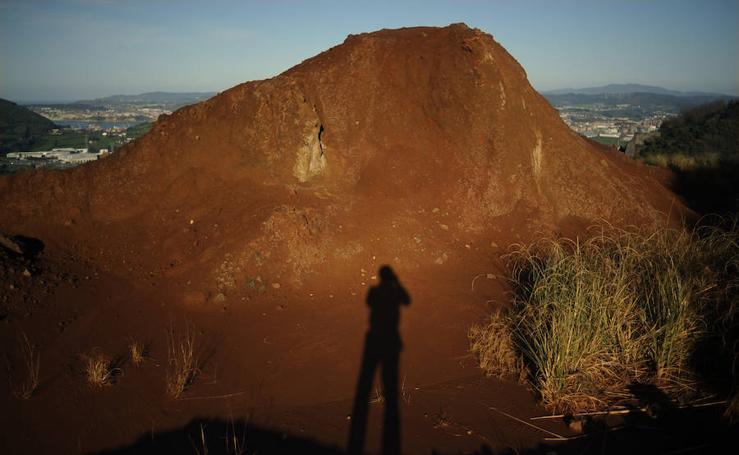 El paisaje lunar de la antigua balsa minera de Cadegal