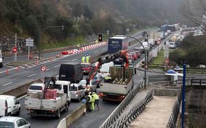 El primer día de cierre del puente de la Baskonia complica la circulación en Basauri