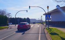 Loiu instala un semáforo en el barrio de Lauros para mayor seguridad de los peatones