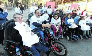 Todos contra el de la silla de ruedas