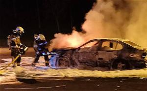 Delincuentes calcinan un coche en Artxanda que habían robado el día anterior
