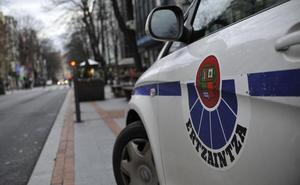 Detenido un hombre en Derio por agredir a su expareja en la calle