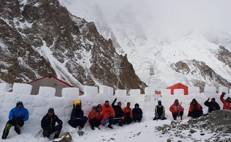 Txikon levanta un muro para afrontar un temporal en el campo base del K2