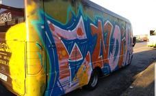 Vándalos pintan y roban en dos minibuses de la compañía Soleto en Sondika