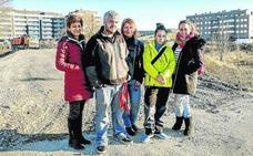 «El Ayuntamiento permite la 'okupación' en Aretxabaleta a costa de nuestra seguridad»