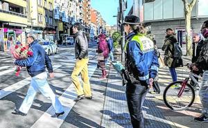 La Policía Local amonesta en Vitoria a más de 250 peatones, conductores y ciclistas en la campaña anti-atropellos