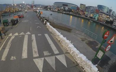 Bilbao se protege hoy con 4.000 sacos de tierra para contener la crecida de la ría