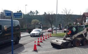 La remodelación de uno de los accesos a Larrabasterra complica la circulación