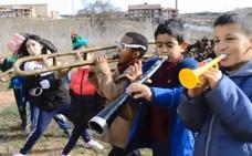 En Tol Sarmiento y la ikastola de Lanciego cantan para sembrar «solidaridad»