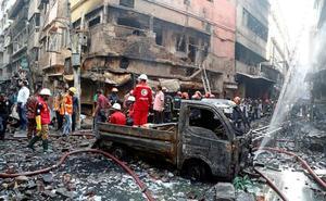 Un incendio en la capital de Bangladesh deja casi un centenar de muertos