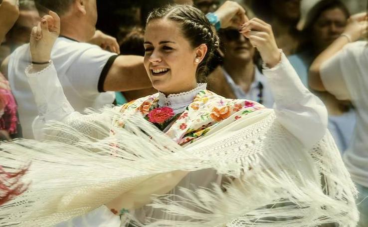Así bailan el aurresku las mujeres de Bizkaia