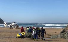 Una mujer de 25 años, evacuada en helicóptero tras caerse en una zona de rocas de la playa de Bakio