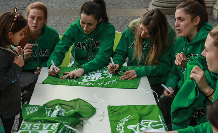 Firma de autógrafos de la plantilla del Araski