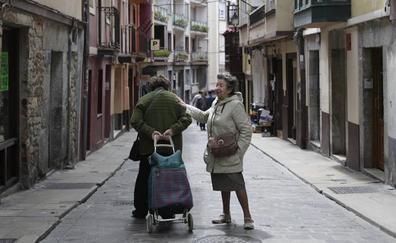 Bermeo tiende la mano a los mayores que viven en soledad
