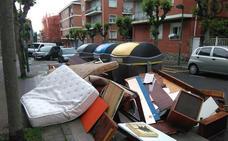 Hasta 900 euros de multa en Getxo por dejar muebles en la calle sin avisar