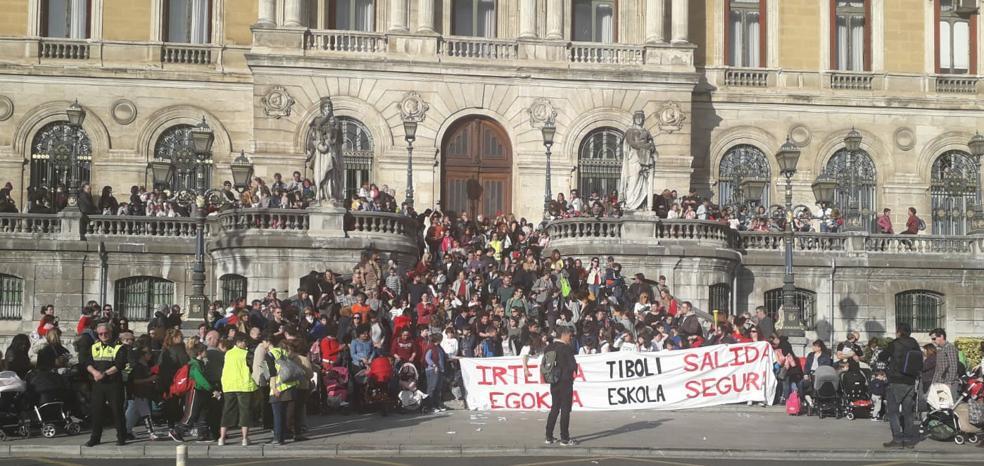 Manifestación por un «acceso seguro» a la escuela Tiboli
