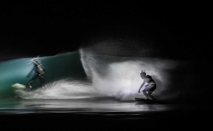 Surf a la luz de un frontal
