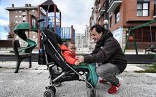 Ampliar los permisos de paternidad y sufragar las cuotas de los cuidadores costará 610 millones