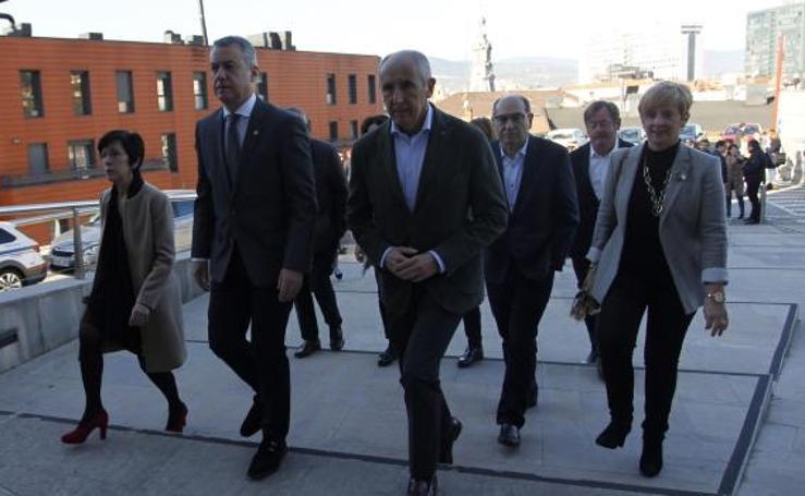 Urkullu y sus consejeros acuden al tanatorio para despedir a Arzalluz