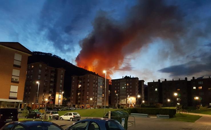 Reguero de incendios en Bizkaia por el viento sur